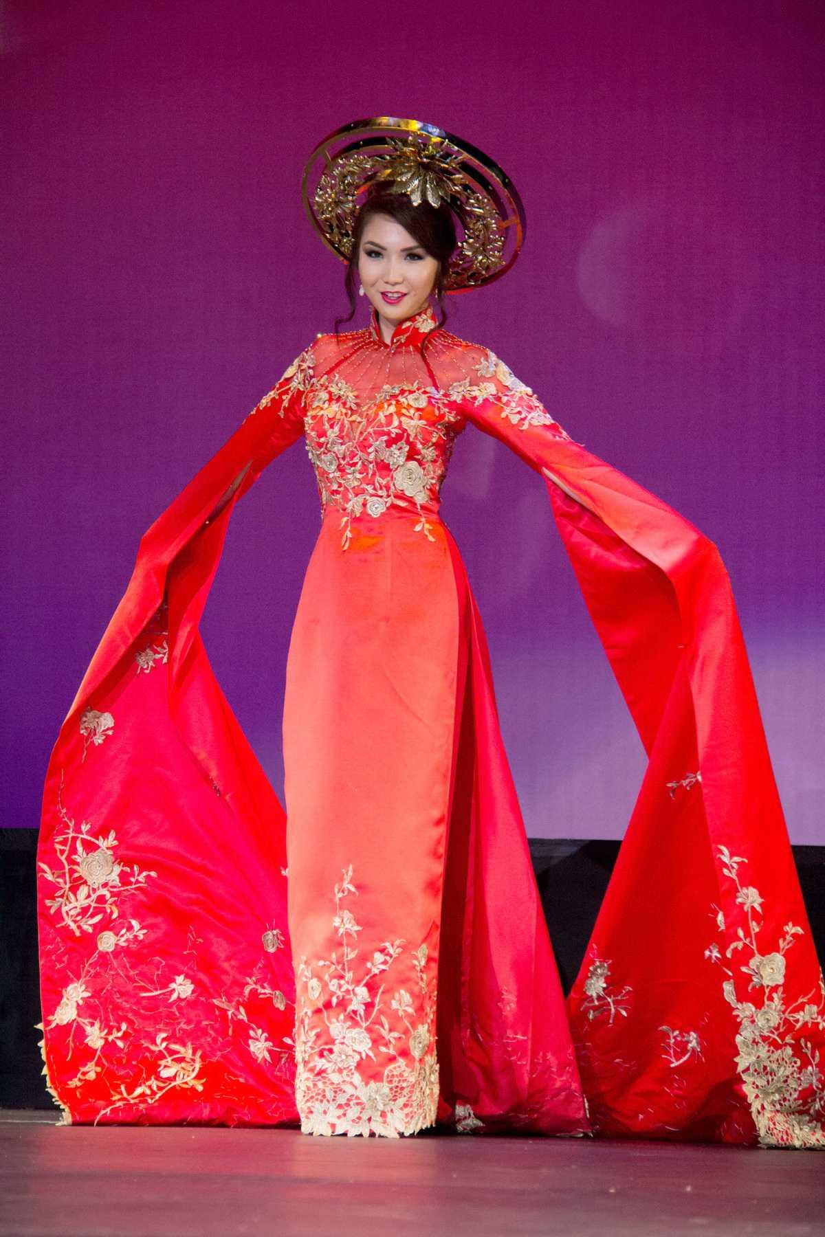 Jennifer Chung chia sẻ : đây không phải là lần đầu tiên cô trình diễn áo dài nhưng mỗi lần khoác trên mình tà áo dài truyền thống luôn khiến cô cảm thấy mình tự tin và dịu dàng thướt tha