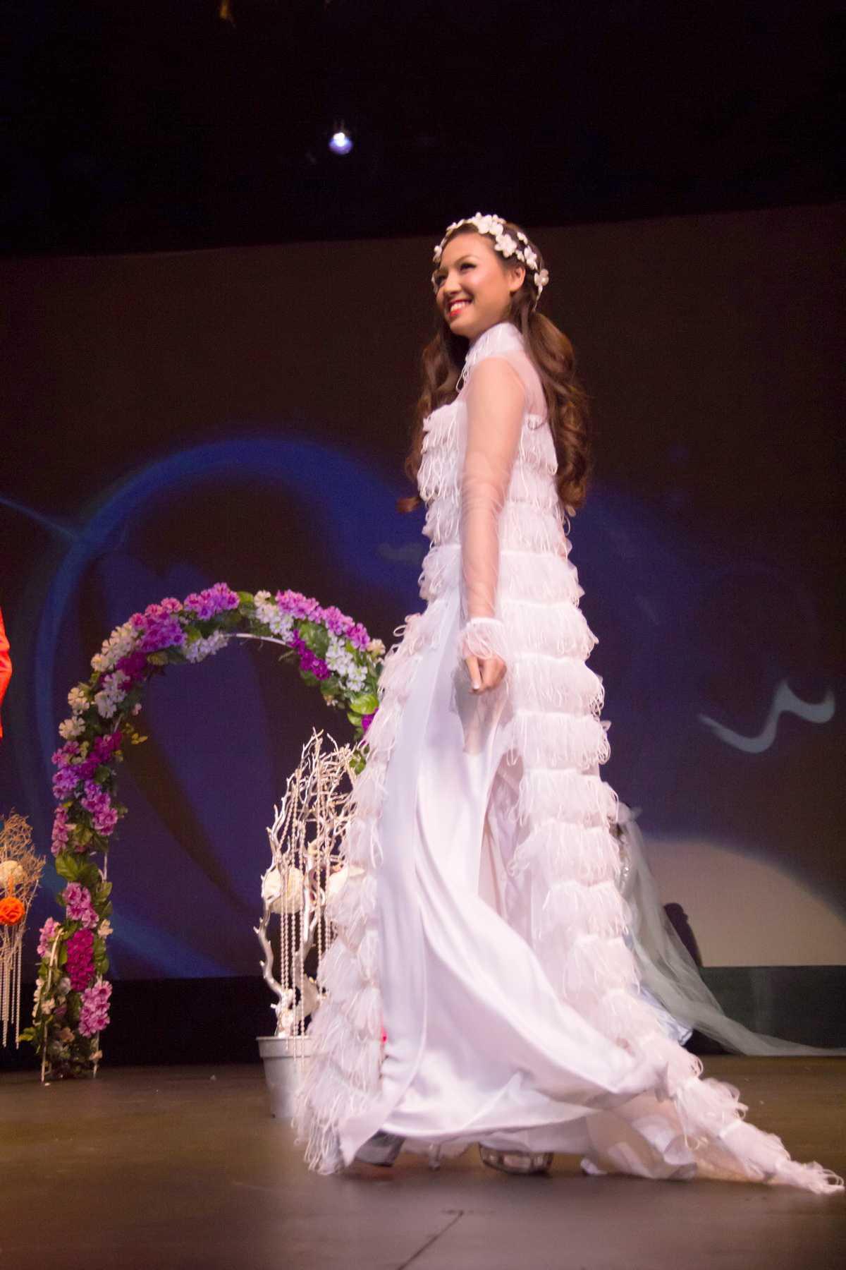 Điều đặc biệt là trong buổi trình diễn thời trang này, HH Jennifer Chung đã rủ các em ruột của mình cùng lên sân khấu đi sàn catwalk. Đây là cô em gái thứ 2 của Jennifer Chung