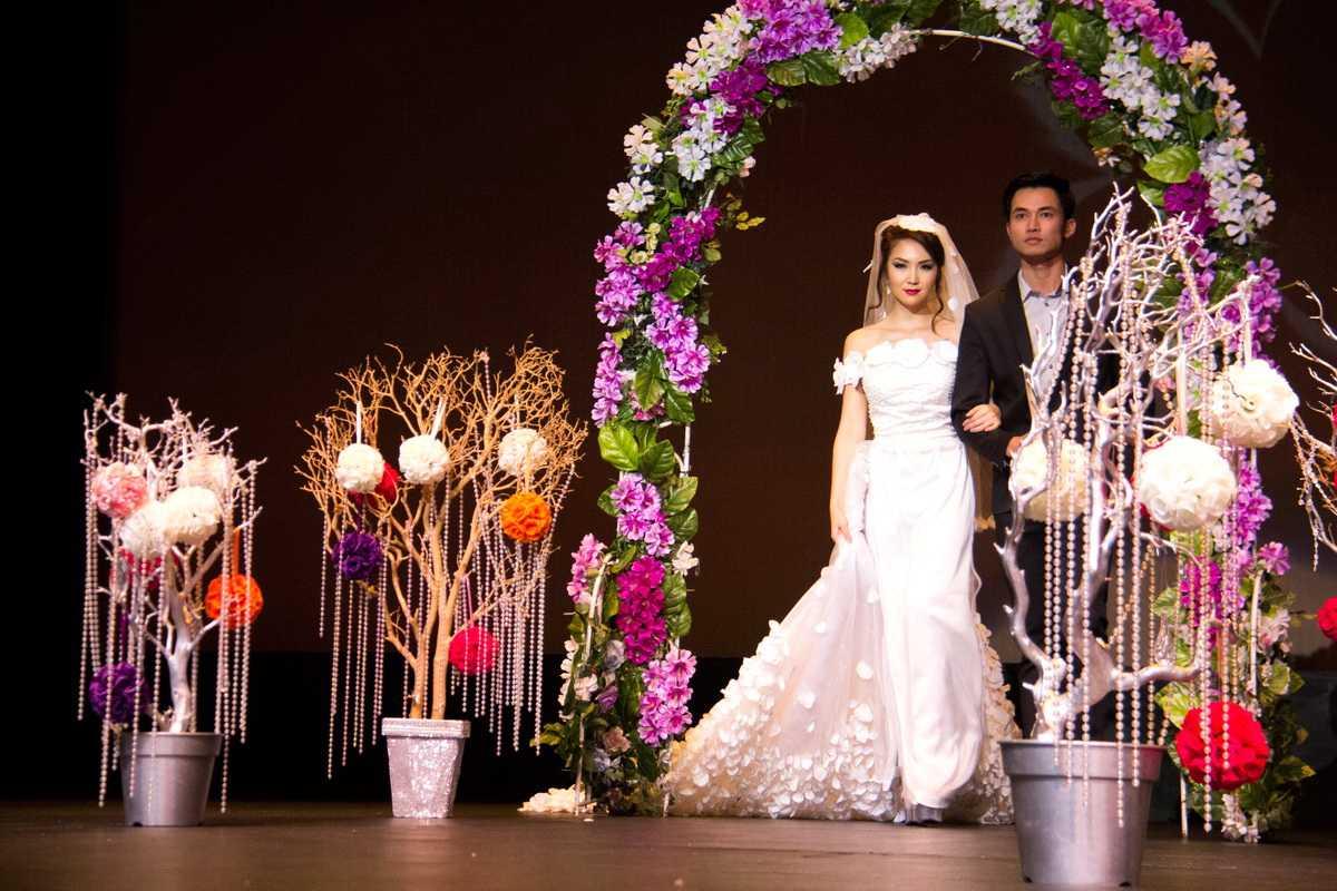 Không chỉ trình diễn áo dài, HH Jennifer Chung còn đẹp rạng rỡ đầy tinh khôi trong chiếc áo cưới được NTK Kiều Như làm dành riêng cho cô để tôn lên vẻ đẹp của người thiếu nữ đang tuổi xuân sắc