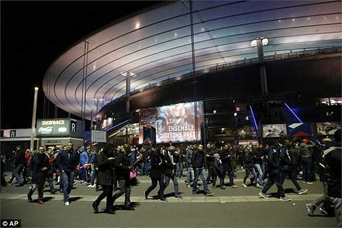 Sân vận động Stade de France cũng bị tấn công khủng bố ở phía bên ngoài
