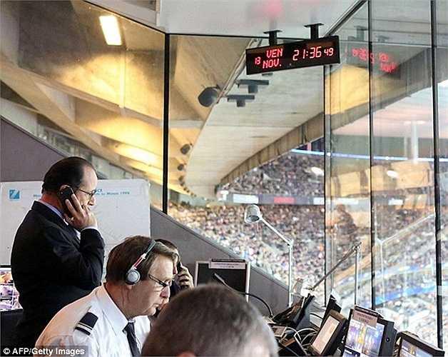 Ông Hollande gọi điện thoại từ phòng an ninh của sân vận động