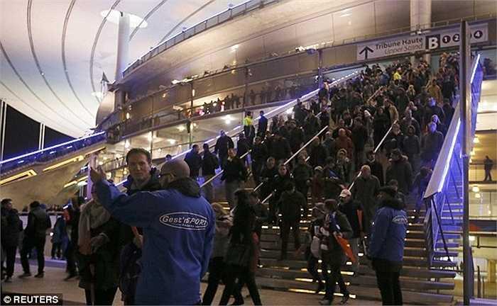 Sau đó mọi người được tổ chức sơ tán ra khỏi sân