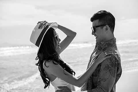 Bộ ảnh lãng mạn với biển của cặp đôi vừa được công bố được thực hiện bởi sự hỗ trợ của stylist Nguyễn Thiện Khiêm, nhiếp ảnh gia Louis Wu, D.I artist Nguyễn Đình Bá, chuyên viên trang điểm An An và tạo mẫu tóc Trần Khánh.