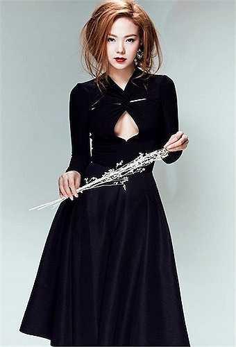 Những khoảng hở vừa phải trên trang phục giúp 'Bé Heo' vừa sexy, vừa thanh lịch.