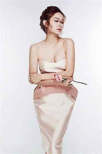 Từ một cô bé thừa cân, da ngăm, Minh Hằng đã trở thành một kiều nữ xinh đẹp, gợi cảm nhất nhì V-biz. (Trung Ngạn)