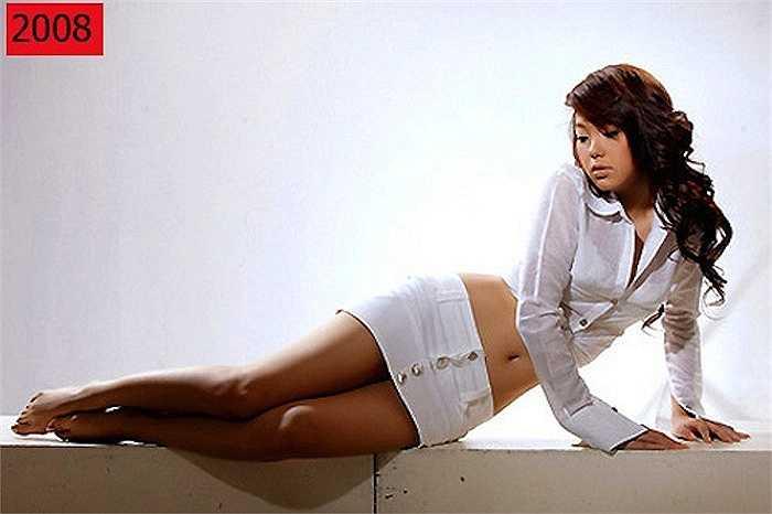 2008, 'Bé Heo' đột ngột chuyển từ hình tượng dễ thương sang gợi cảm táo bạo. Nhiều khán giả bất ngờ với vòng eo thon gọn của nữ ca sỹ.