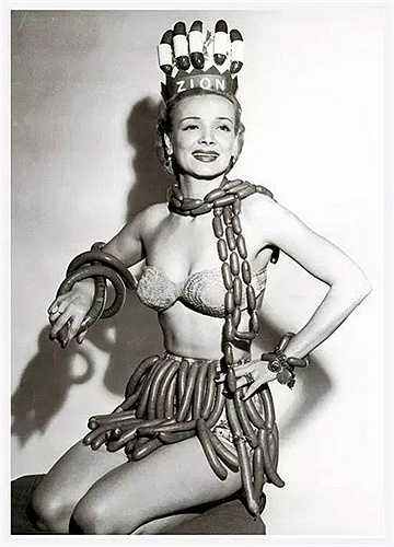 Cuộc thi Hoa hậu xúc xích. Trong hình là hoa hậuGeene Courtney trong cuộc thi do công tyZion tổ chức nhân dịp Tuần lễ hotdog quốc tế năm1955