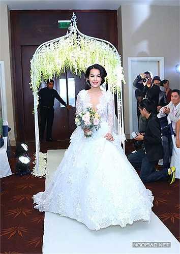 Cô dâu Tú Vi duyên dáng tiến vào lễ đường ngay sau đó.