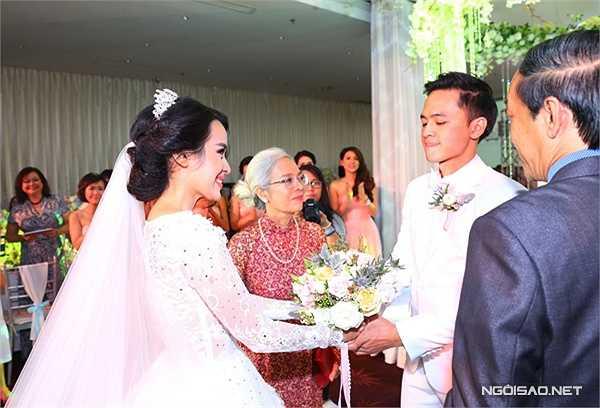 Cậu Phương và mẹ Bảy của Tú Vi dắt tay cô trao cho Văn Anh. Cả hai hy vọng, dù khó khăn thế nào, Văn Anh cũng chứng tỏ được tình yêu dành cho vợ.
