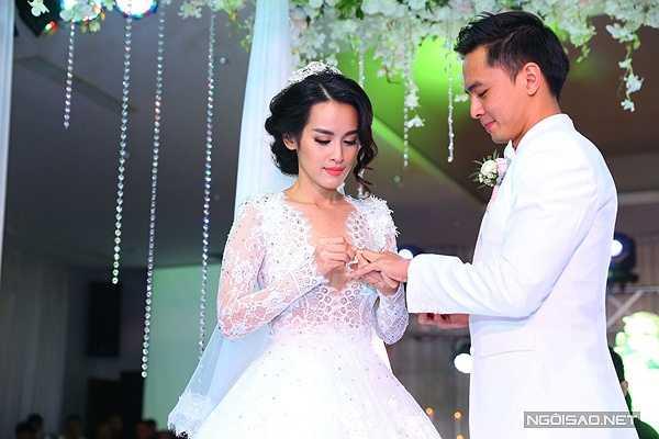 Trước sự chứng kiến của đông đảo khách mời, đôi uyên ương cùng trao nhẫn cưới.