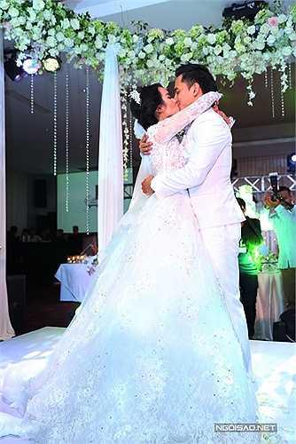 Vợ chồng Tú Vi ôm hôn nhau thật sâu.