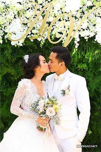 Trong ngày chính thức trở thành vợ chồng, Văn Anh - Tú Vi ngọt ngào trao nhau nụ hôn đắm đuối.