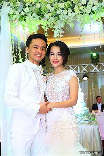 Sau khi hoàn thành các nghi lễ, Tú Vi thay váy cưới thứ hai để đi tiếp khách.