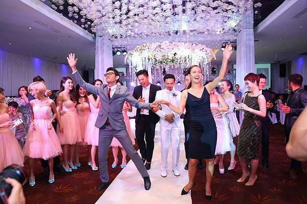 Quang Đăng lôi kéo Ái Phương mở màn cho màn nhảy múa, tạo không khí vui vẻ cho tiệc cưới của Văn Anh - Tú Vi.