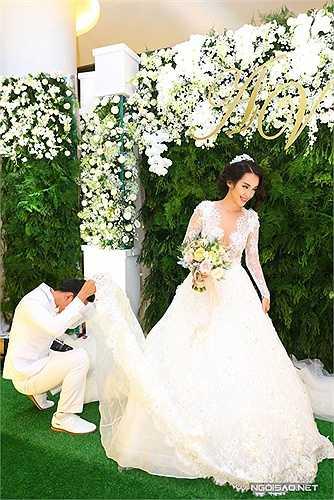 Khi chỉnh sửa soiree cho cô dâu, chú rể Văn Anh tinh nghịch trêu đùa chui vào váy vợ.