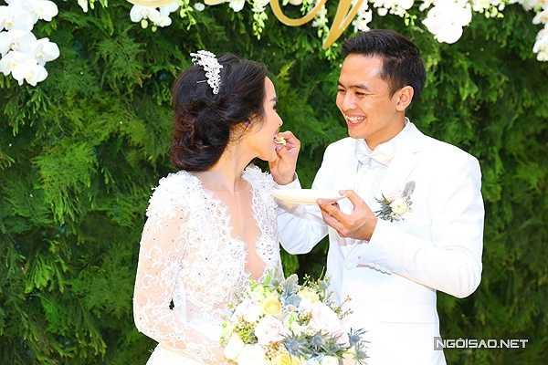 Dù vậy, Văn Anh rất chu đáo chăm sóc cho vợ. Anh đút bánh cho Tú Vi ăn lót dạ vì sợ cô đói bụng.
