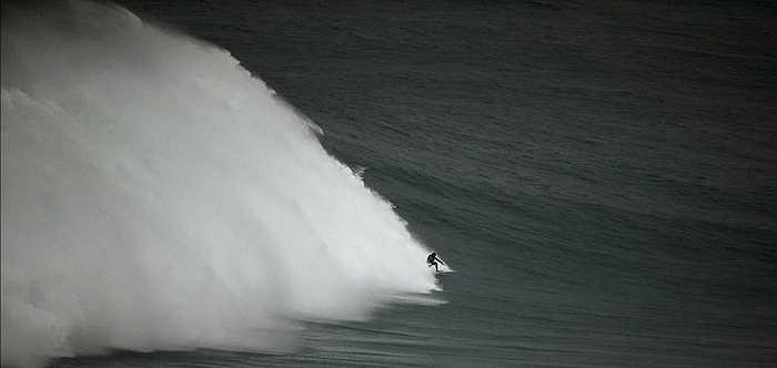 Làng Praia do Norte, Nazare, Bồ Đào Nha là nơi có những con sóng cao hàng đầu thế giới. Chính vì vậy, mỗi năm ở khu vực biển này thu hút nhiều người đam mê lướt ván từ khắp nơi