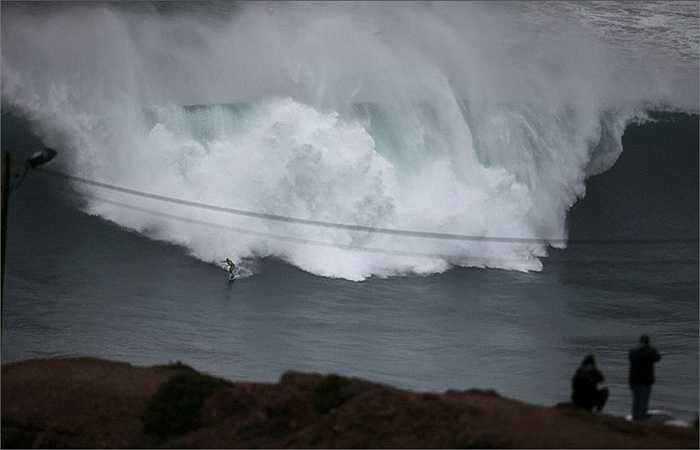 Ngoài ra, khu vực này là điểm xa nhất về phía Tây của châu Âu nên những cơn gió có điều kiện thổi thẳng vào, không bị cản trở tạo nên những con sóng lớn