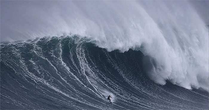 Vận động viên lướt sóng Mỹ Garrett McNamara của Mỹ từng lập kỷ lục khi lướt trên con sóng sao 30m tại khu vực biển này