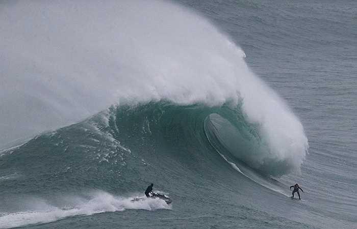 Hai vận động viên lướt sóng đang chinh phục thử thách vào hàng khó khăn trên thế giới