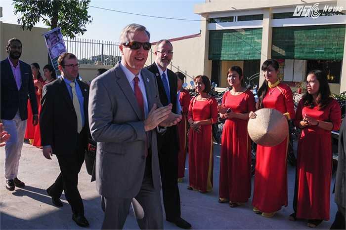 Đại sứ Ted Osius đến tham dự lễ khánh thành trường mầm non Hồng Minh, huyện Phú Xuyên, Hà Nội