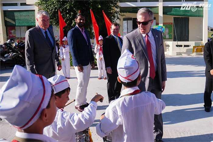 Đội trống của các học sinh thu hút được sự chú ý của Đại sứ Osius