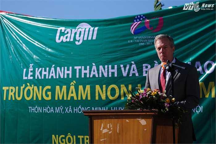 Đại sứ Osius trong lễ khánh thành, đây là ngôi trường thứ 75 mà Cargill xây dựng ở Việt Nam bằng quỹ Cargill Care