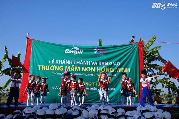 Các em nhỏ biểu diễn bài múa 'Hoàng Sa, Trường Sa là của Việt Nam' trong lễ khánh thành