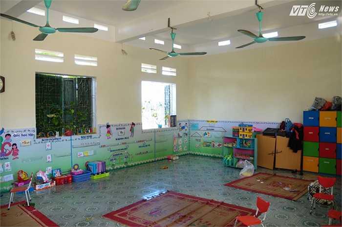 Bên trong phòng học các thiết bị được lắp đặt đầy đủ cho cô trò trường mầm non Hồng Minh