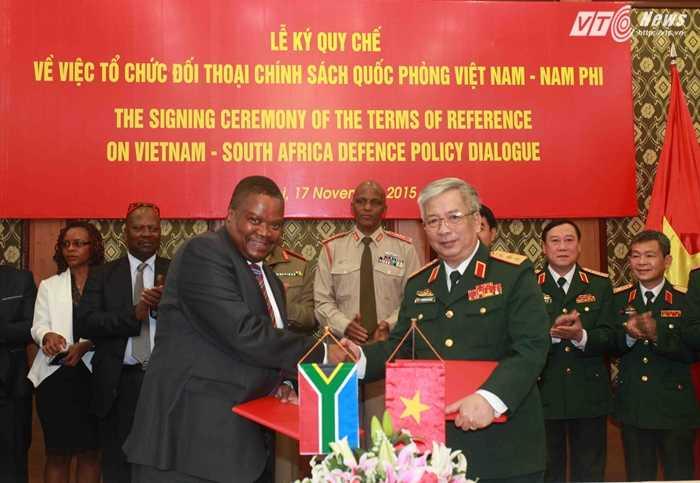 Thượng tướng Nguyễn Chí Vịnh và Tiến sĩ S.M Gulube ký Quy chế TOR - Ảnh: Hồng Pha