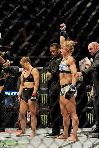 Holly Holm trở thành nữ hoàng mới của làng UFC