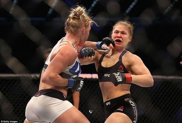 Cô không thể chịu nổi cú ra chân quá mạnh của Holly Holm.