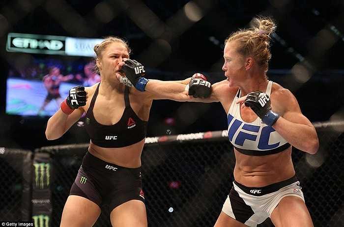 Ngay khi trận đấu bắt đầu, Holly Holm đã gây bất ngờ khi liên tục tấn công đối thủ