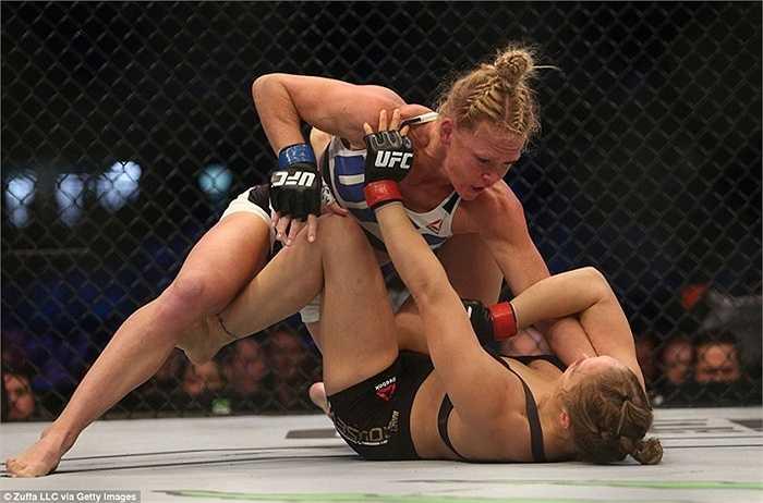 Holly Holm cụ thể hóa ưu thế của mình bằng đòn knock-out trong hiệp 2 khiến Ronda Rousey không thể gượng dậy