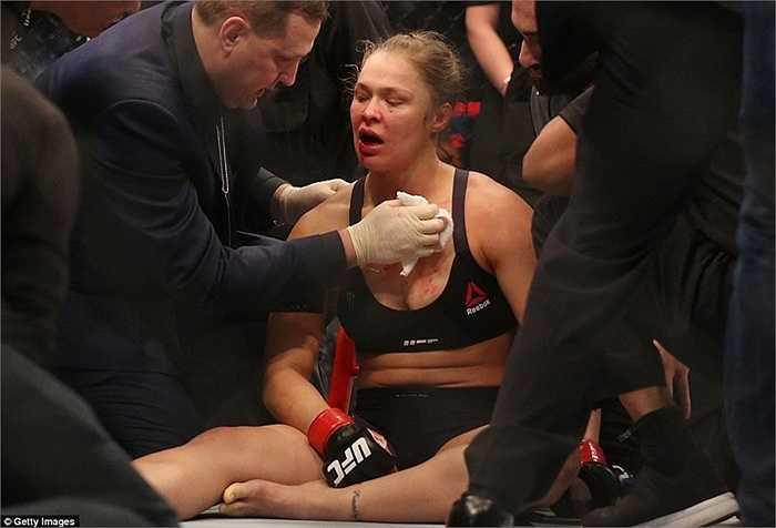 Ronda Rousey ngồi bệt xuống sàn sau cú đòn rất mạnh