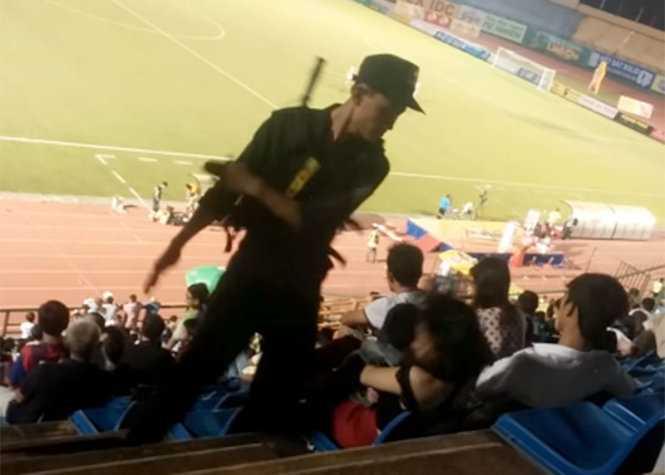 Cảnh sát cơ động tát cô gái tại sân vận động - Ảnh: Cắt từ clip