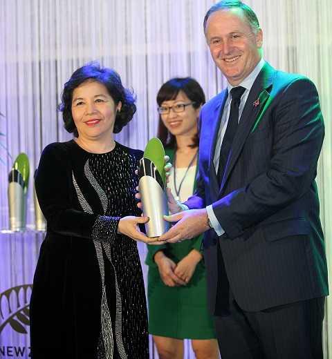 Thủ tướng John Key trao giải thưởng New Zealand ASEAN cho bà Mai Kiều Liên – Tổng Giám Đốc Vinamilk