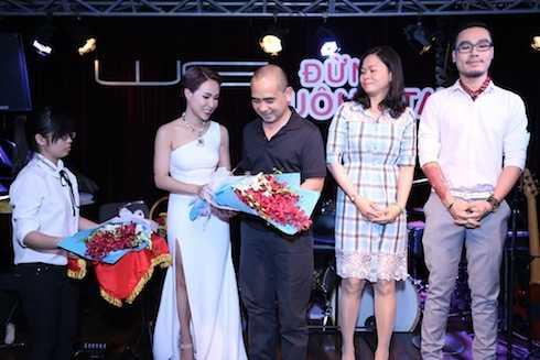 Uyên Linh tặng hoa cho NSX Đức Trí, đại diện công ty sơn Toa Việt Nam và nhạc sỹ Đinh Huy.