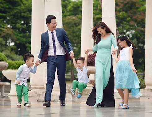 MC Phan Anh bên vợ và 3 thiên thần đáng yêu: Bo - Bin - Pooh.