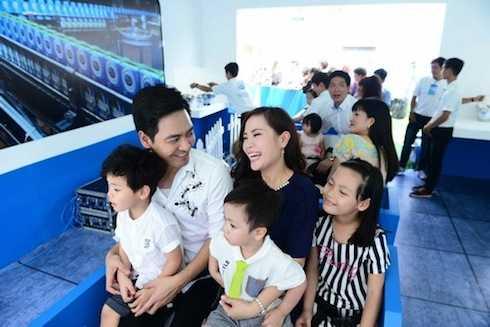 Gia đình vui vẻ, rạng rỡ khi đi tham dự một sự kiện trong năm.