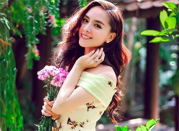 Thiên Lý sinh năm 1989 trong khi chồng cô là ông Nguyễn Quốc Toàn sinh năm 1962, hơn vợ 27 tuổi.