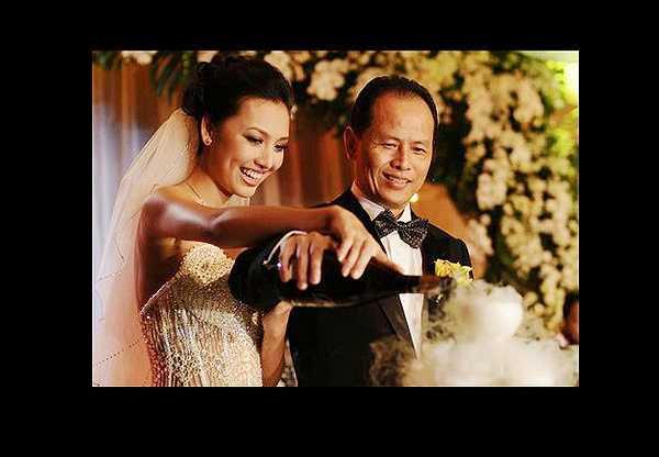 Thanh Tuyền được cử đi thi Hoa hậu Trái đất nhưng cô bất ngờ lên xe hoa trước khi tham dự cuộc thi. Chồng cô là tiến sĩ, 'ông trùm truyền thông' Nguyễn Quang Minh.