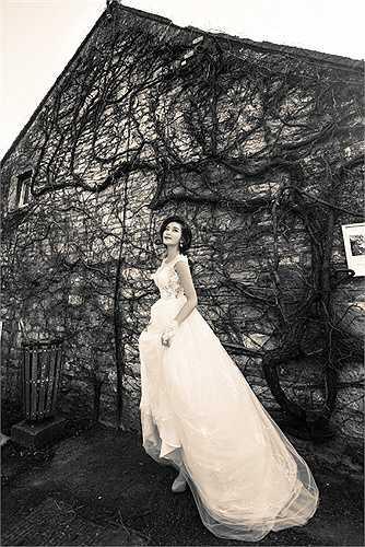 Vừa qua, Á hậu Huyền My và ê-kíp đã tranh thủ thực hiện một bộ ảnh thời trang cưới trong chuyến công tác tới London, nước Anh.