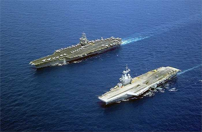 Tàu được đặt tên theo danh tướng Charles de Gaulle (dưới) đi cạnh tàu sân bay của Mỹ USS Enterprise