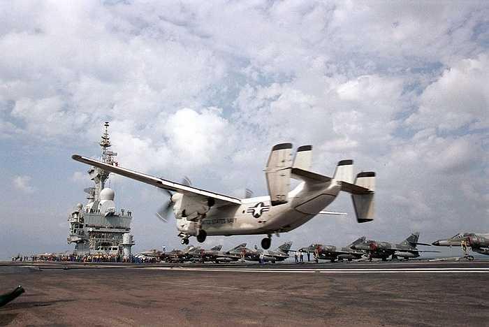 Máy bay C-2 Greyhound của Mỹ hạ cánh trên tàu