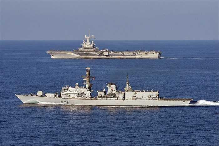 Charles de Gaulle (trên) di chuyển cùng tàu hải quân Anh
