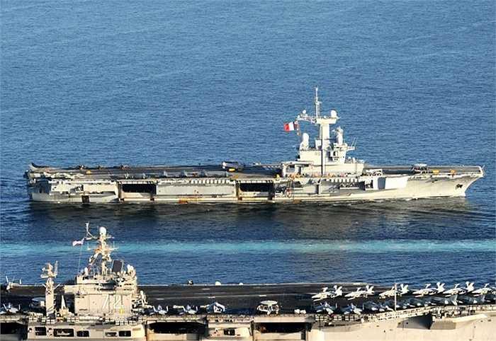 Charles de Gaulle (trên) di chuyển bên cạnh tàu Mỹ