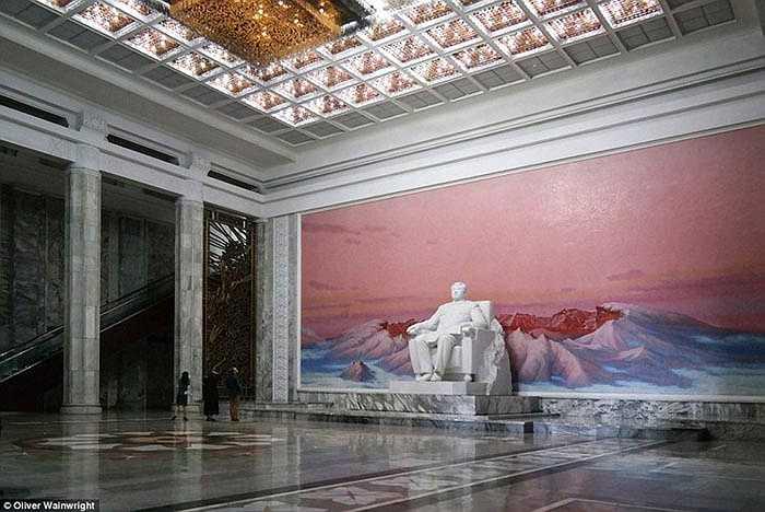 Những toà nhà công cộng của đất nước Triều Tiên được thiết kế gợi lên cảm xúc, sức mạnh vĩ đại của các nhà lãnh đạo. Trong ảnh là thư viện trung tâm Bình Nhưỡng.
