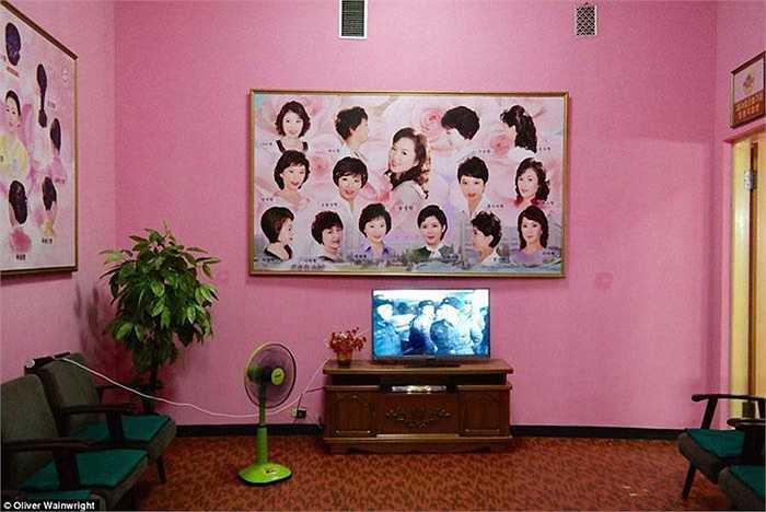 Thay vì những bức tranh trên tường, các căn phòng ở đây đều treo ảnh tất cả các kiểu tóc mà chính phủ uỷ quyền cho phụ nữ.