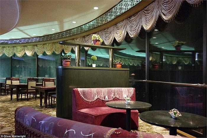 Một khách sạn lớn ở Triều Tiên được tạo điểm nhấn chính với những tấm rèm nhún.